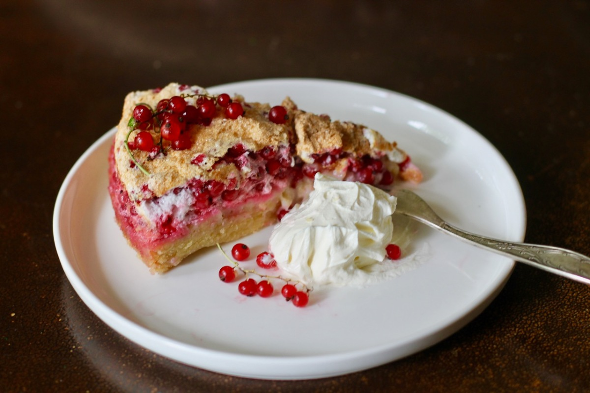 Fluffy red currant meringue cake