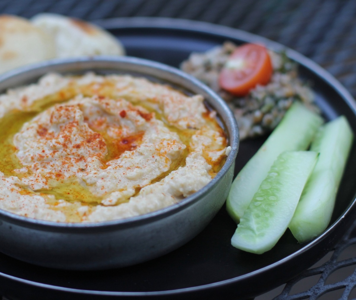 Middle Eastern hummus recipe with pita bread
